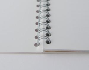 Bei der Ringbindung verbindet die Seiten ein Drahtring am Rand